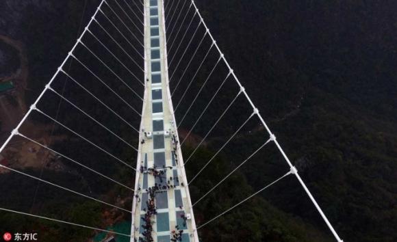 Cây cầu Ải Trại (Aizhai) dài 1.176 m, nằm ở độ cao 350 m, nối liền hai thành phố ở phía Nam Trung Quốc. Cầu mới đi vào hoạt động từ ngày 31/3/2016 (Ảnh / IC)