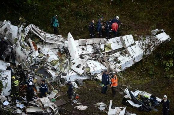 Ngày 29/11, phi cơ RJ85 của LAMIA Bolivia, số hiệu CP2933, chở 9 thành viên tổ bay và 68 hành khách, trong đó có câu lạc bộ bóng đá Brazil Chapecoense đã rơi xuống gần Medellin, Colombia. Vụ tai nạn khiến 71 người thiệt mạng và 6 người may mắn sống sót. Nguyên nhân vụ tai nạn được xác định là do phi công không tiếp nhiên liệu dọc đường dù chuyến bay vượt quá tầm bay thiết kế của máy bay. Bên cạnh đó phi công còn không thông báo kịp thời sự cố với động cơ xảy ra do tình trạng thiếu nhiên liệu. (Ảnh: AFP)