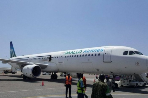 Ngày 2/2, một quả bom phát nổ trên thân chiếc máy bay A321 xuất phát từ sân bay thủ đô Mogadishu (Somalia) đến Djibouti đã khiến một hành khách bị hất tung từ độ cao 4km xuống đất và thiệt mạng, 2 người khác bị thương nhẹ. Rất may, chiếc máy bay vẫn kịp hạ cánh an toàn và 75 hành khách trên máy bay đã được sơ tán. (Ảnh: ABC News)
