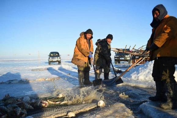 Ngư dân chờ kéo lưới tại hồ băng Hulun thuộc khu tự trị Nội Mông Cổ vào ngày 26/12. (Ảnh: Xinhua)