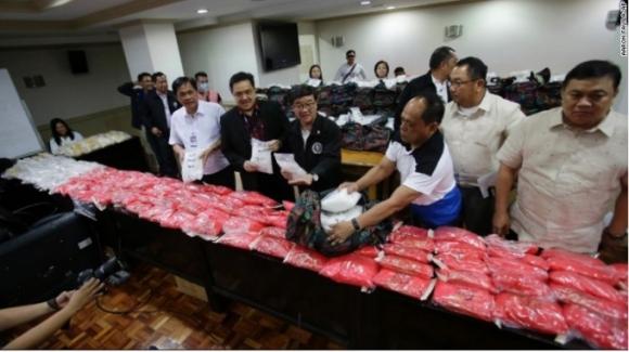 Cơ quan chức năng Philippines kiểm đếm số tang vật. (Ảnh CNN)
