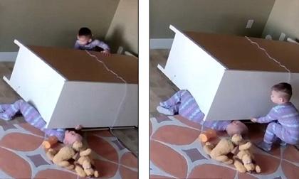 Clip: Anh 2 tuổi cứu em trai bị tủ quần áo đè