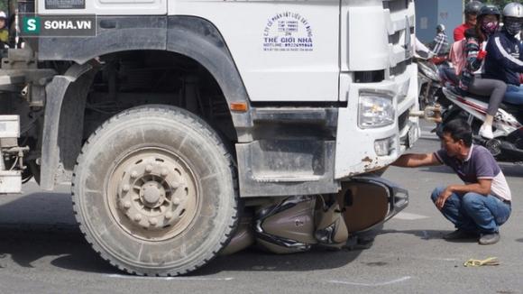 Tai nạn giao thông Plus: Xe bồn kéo lê xe máy gần 30 mét, 1 cô gái thoát chết hi hữu