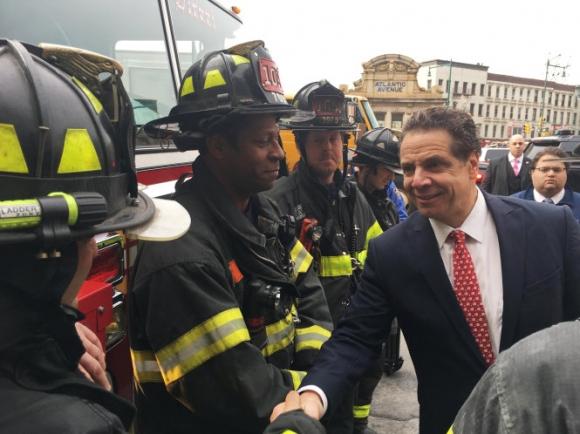 Thống đốc bang New York Andrew Cuomo có mặt tại hiện trường. (Ảnh: Reuters)