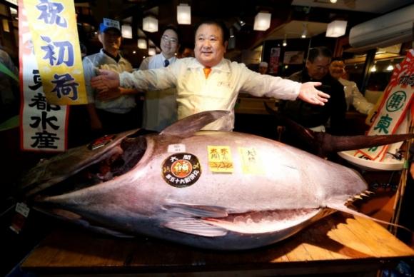 Ông Kiyoshi Kimura bên cạnh chú cá ngừ giành chiến thắng trong phiên đấu giá đầu năm. (Ảnh: Reuters)