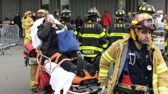Người bị thương được đưa tới bệnh viện. (Ảnh: AP)