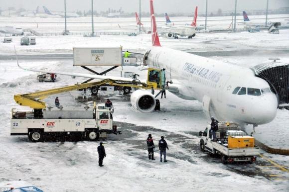 Trong khi đó, thời tiết xấu cũng khiến hàng hàng không Turkish Airlines của Thổ Nhĩ Kỳ phải hủy 610 chuyến bay từ sân bay quốc tế Ataturk và sân bay Sabiha Gokcen do tầm nhìn kém và gió lớn. (Ảnh: AP)