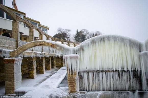 Một chiếc cầu đóng băng được chụp ở gần Varna, Bulgaria. (Ảnh: IPG)