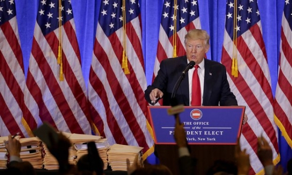 Ông Donald Trump phát biểu trong buổi họp báo đầu tiên. (Ảnh: AP)