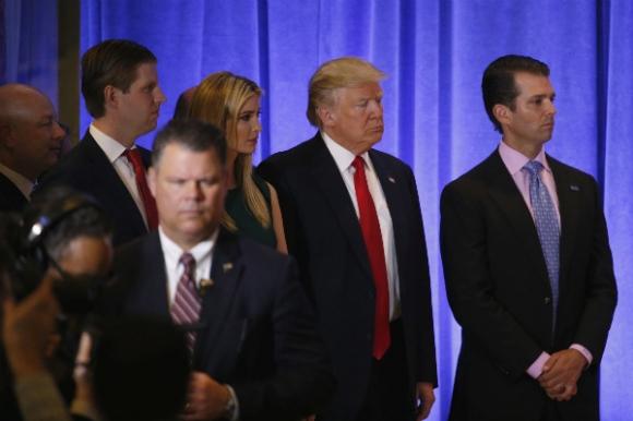 Ông Trump xuất hiện với các người con trưởng thành của mình, Ivanka, Donald Jr và Eric và phó tổng thống Mike Pence. (Ảnh: Reuters)