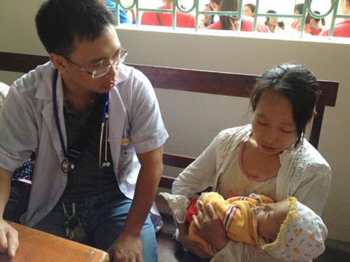 Khi trẻ có các dấu hiệu của dị ứng thức ăn, cha mẹ nên đưa trẻ đến cơ sở y tế để được khám, tư vấn. Ảnh: Người Lao Động