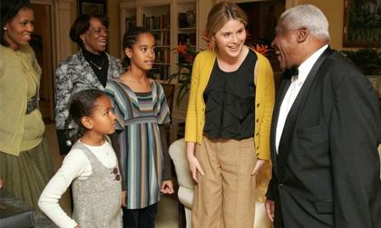 Khoảnh khắc về lần đầu hai ái nữ nhà Obama đặt chân đến Nhà Trắng