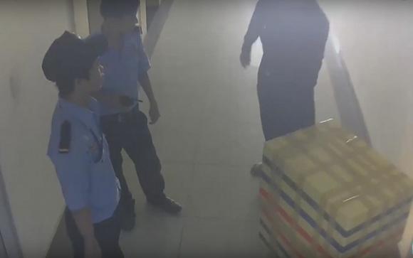 Nghi phạm bị bảo vệ chung cư phát hiện khi đang cố gắng vận chuyển thùng xốp chứa xác nữ sinh đi phi tang.