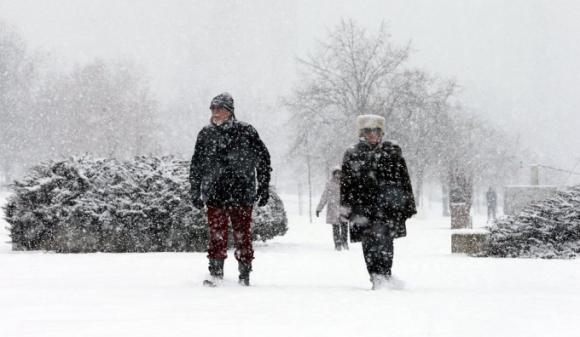 Người dân đi bộ bên cạnh dòng sông Danube đóng băng ở Belgrade, Serbia. (Ảnh: Independent)