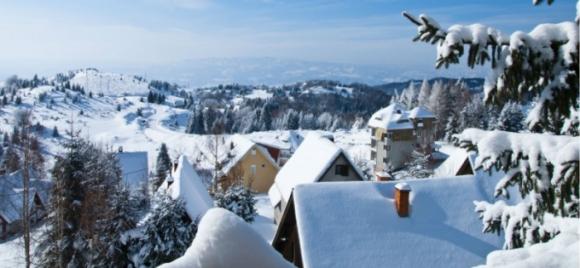 Tuyết bao phủ các mái nhà ở Kopaonik, Serbia. (Ảnh: Serbia.com)