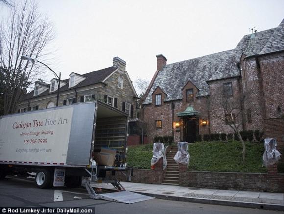 Xe tải chở đồ trước cửa căn nhà mới của ông Obama cùng gia đình. (Ảnh: Daily Mail)