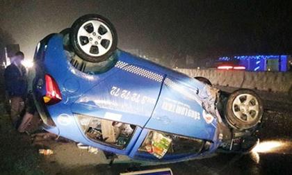 Tin tai nạn giao thông ngày 26/1: Taxi nằm phơi bụng trên quốc lộ 1A