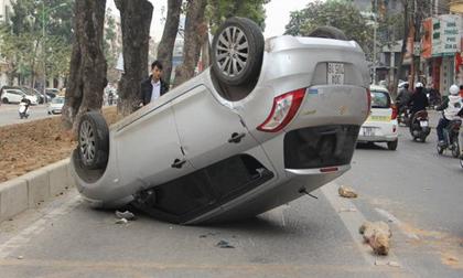 """Tin tai nạn giao thông ngày 27/1: Ô tô """"phơi bụng"""" giữa làn đường dành cho xe bu"""