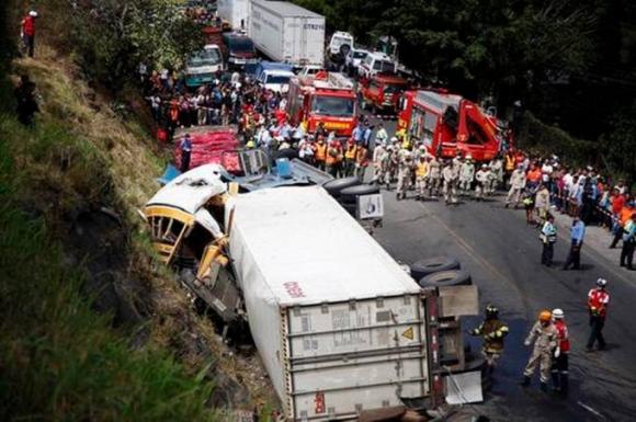Xe tải mất lái đâm xe bus, ít nhất 50 người thương vong