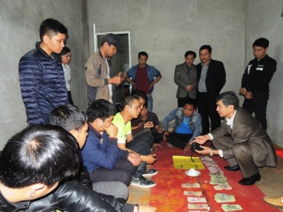 Công an Hà Nam đột kích bắt quả tang 18 đối tượng đang đánh bạc