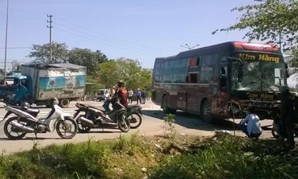 Thừa Thiên - Huế: Xe tải đấu đầu xe khách, hành khách lồm cồm chui ra từ cửa kính vỡ