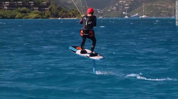 Lướt ván diều là môn thể thao phụ thuộc vào sức gió để có thể nâng cánh diều và đưa bạn lướt trên những con sóng, nhào lộn trên không trung.