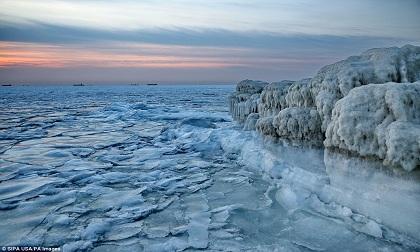 Cảnh đẹp thần tiên dọc bờ biển đóng băng ở Trung Quốc