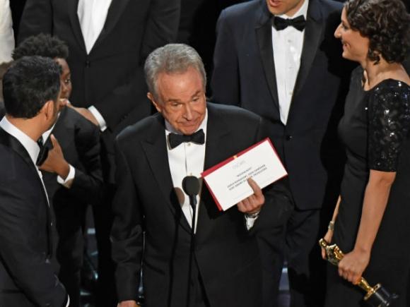 Scandal tồi tệ nhất lịch sử Oscar: MC công bố nhầm giải thưởng Phim hay nhất cho La La Land - Ảnh 1.
