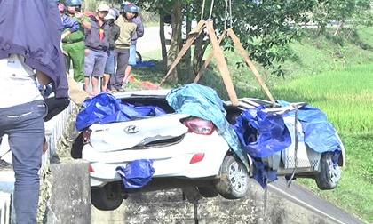 Taxi mất lái lao xuống cầu, 6 người thương vong