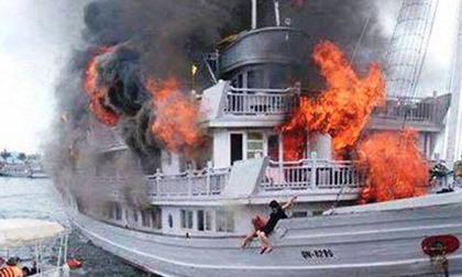 Tàu du lịch trên vịnh Hạ Long bốc cháy trong đêm