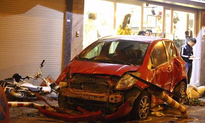 Hà Nội: Ô tô Yaris mất lái đâm hàng loạt xe máy, ít nhất 8 người nhập viện