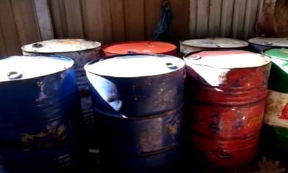 Đột kích kho xăng dầu hơn 2.200 lít không phép trong khu dân cư