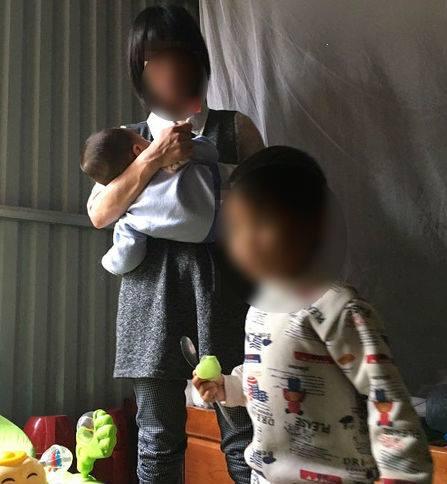 Trải lòng của người mẹ bắt con gái 3 tuổi cởi hết quần áo đứng ngoài trời mưa rét - Ảnh 2.