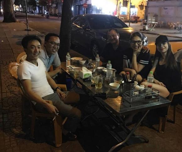 Cường Đôla ga lăng mở cửa xe cho Hồ Ngọc Hà khi đi ăn khuya cùng bạn bè - Ảnh 2.