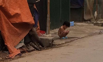 Hà Nội: Bé gái 3 tuổi bị mẹ cởi hết quần áo, bắt đứng ngoài trời mưa lạnh