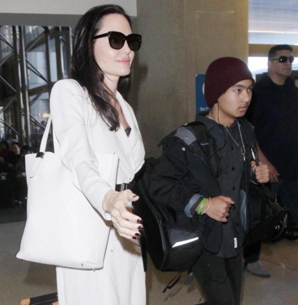 Angelina Jolie bị tố giả mạo giấy tờ nhận con nuôi tại Campuchia - Ảnh 1.
