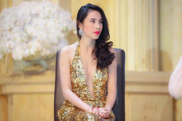 Ở Thủy Tiên hội tụ cả hai hình ảnh của một người phụ nữ hiện đại, vừa quyến rũ ngoài xã hội vừa đảm đang khi về nhà.