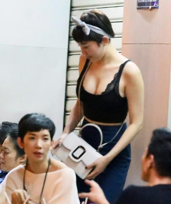 Khi đi ăn với bạn bè, Tóc Tiên rất thoải mái trong trang phục. Không ít cư dân mạng gọi nữ ca sĩ là nữ hoàng gợi cảm mới của showbiz Việt chính vì bức ảnh này.