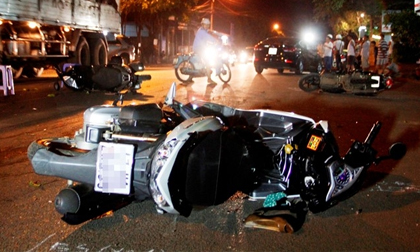 Ôtô tông liên hoàn 3 xe máy, 8 người bị thương