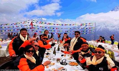 Bữa sáng siêu đắt đỏ dành cho đại gia trên đỉnh Everest