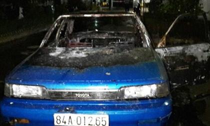 Tài xế bốc cháy lao ra từ ô tô trong sân BV Trà Vinh