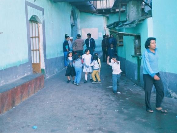 Nhà tù San Pedro tọa lạc ở La Paz, Bolivia đã phục vụ 3.000 tù nhân và gia đình của họ trong suốt 20 năm qua. Đây được xem như một thành phố thu nhỏ với nhiều hoạt động như cuộc sống bên ngoài, thậm chí có hẳn một khách sạn để khách có thể ở lại tham quan. Tù nhân phải tự trả phí sinh hoạt khi sống ở đây.