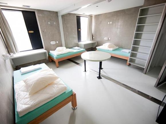 Do số lượng tù nhân trở quá tải trong những năm gần đây, nhà tù Champ-Dollon ở Thụy Sĩ được đầu tư 40 triệu USD để nâng cấp nhằm tạo ra các phòng giam rộng rãi, thoải mái hơn.