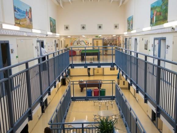 Nếu không có những cánh cửa khóa nặng nề, nhà tù Her Majesty (HMP) ở xứ Wales có thể bị nhầm là một trường công lập bởi có các lớp học, phòng tập thể dục với vòi sen nước nóng, bàn bi-a và bóng bàn để giải trí.