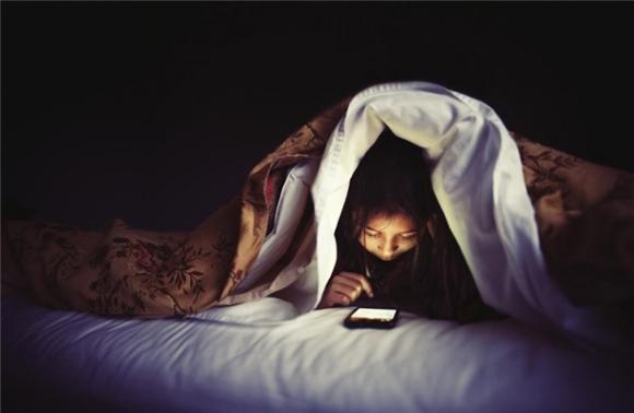 Ánh sáng xanh từ điện thoại hủy hoại đôi mắt bạn tồi tệ đến mức này mà bạn vẫn chủ quan - Ảnh 2.