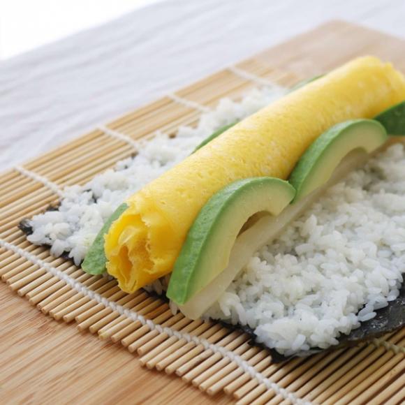 Chẳng cần khéo léo, bạn vẫn có thể làm sushi hoa thật dễ dàng