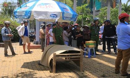Mẹ già khóc ngất bên thi thể con trai chết đuối ở Đà Nẵng