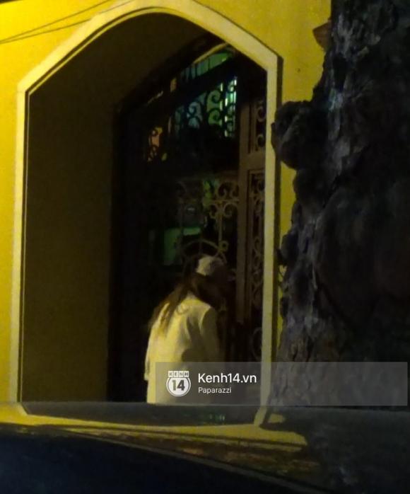 Hương Giang Idol bịt khẩu trang kín mít, xuất hiện chớp nhoáng ở chùa Quán Sứ giữa đêm muộn - Ảnh 7.