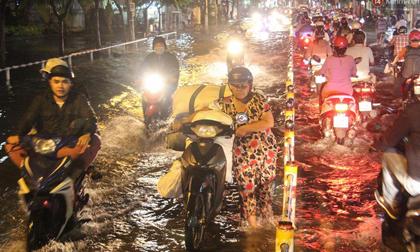 Người Sài Gòn không dám về nhà vì đường phố biến thành sông sau cơn mưa kéo dài hơn 1 tiếng