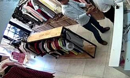 Nhờ nữ nhân viên thử đồ mua cho bạn gái, nam thanh niên bất ngờ tốc rèm, sàm sỡ cô gái